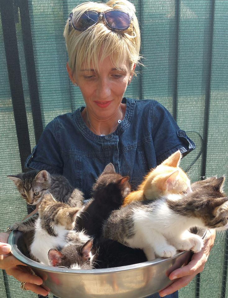 Gabrielas Freundin mit Katzenjungen